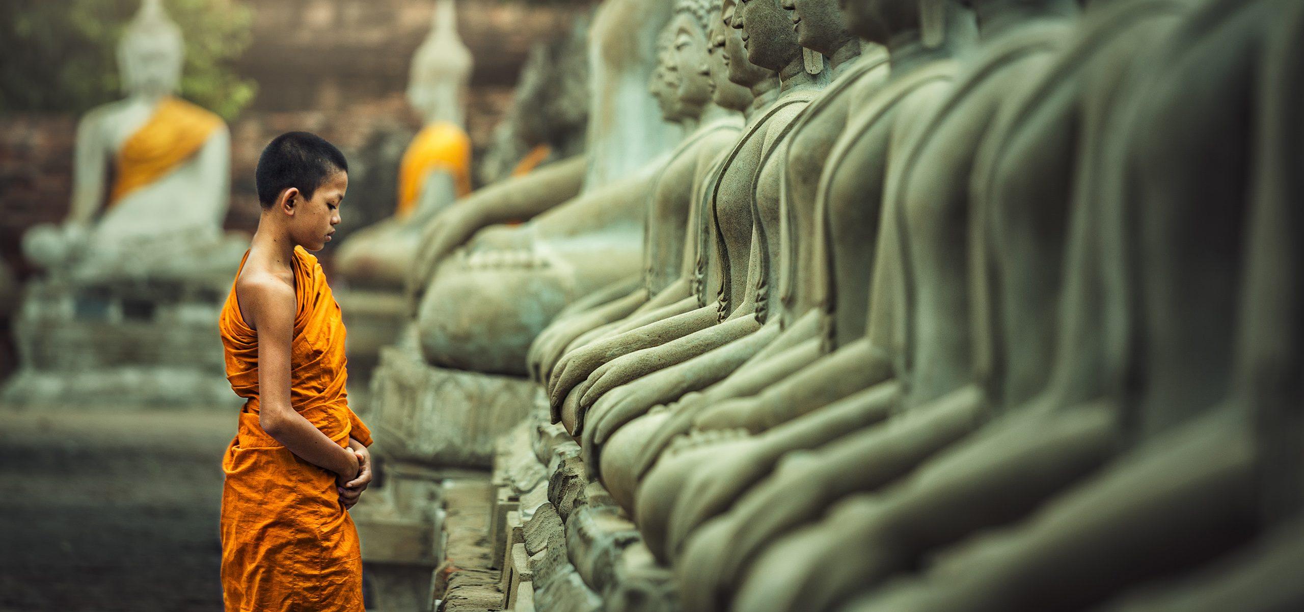 Laos-Luang Prabang-Statues